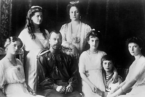 Der Zar Nikolaus II., seine Frau Alexandra Fedorowna und seine Töchter Olga, Tatjana und Anastasia wurden bereits in der Zarengruft der Peter-Pauls-Kathedrale beigesetzt.