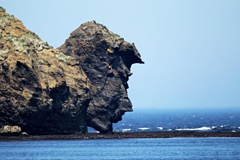 Vista de la formación rocosa ´el hombre bebiendo´en la isla Urup, que forma parte de las islas Kuriles, en el extremo oriental de Rusia.