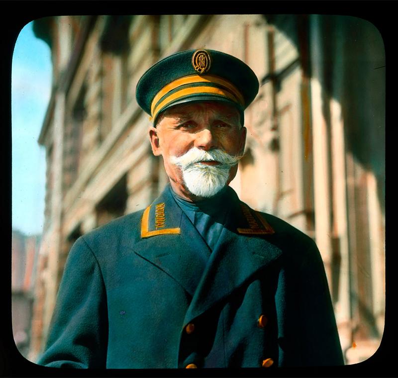 ブランソン・デクーは、30年にわたって世界中を旅したアメリカ人旅行家兼写真家だ。1931年に、彼はロシアを訪問し、まだ建国されて間もないソビエト連邦の日常生活を写真に収めた。/ モスクワ:ホテル・ナショナル(ナツィオナーリ)のドアマンの肖像写真、1931年。