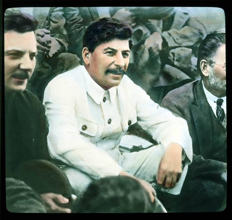 1921年から1941年までデクーは世界中を旅し、およそ8,000枚におよぶガラス製スライドの写真を撮影したが、その対象となったのは歴史的建造物だけでなく、彼が訪問した場所の日常生活でもあった。/ ヨシフ・スターリン(中央)、ソ連軍人で政治家のクリメント・ヴォロシーロフ(左)、そしてスターリンの中枢的グループのメンバーで、ソ連共産党の中央委員会政治局員を務めたミハイル・カリーニン(右)、1931年。