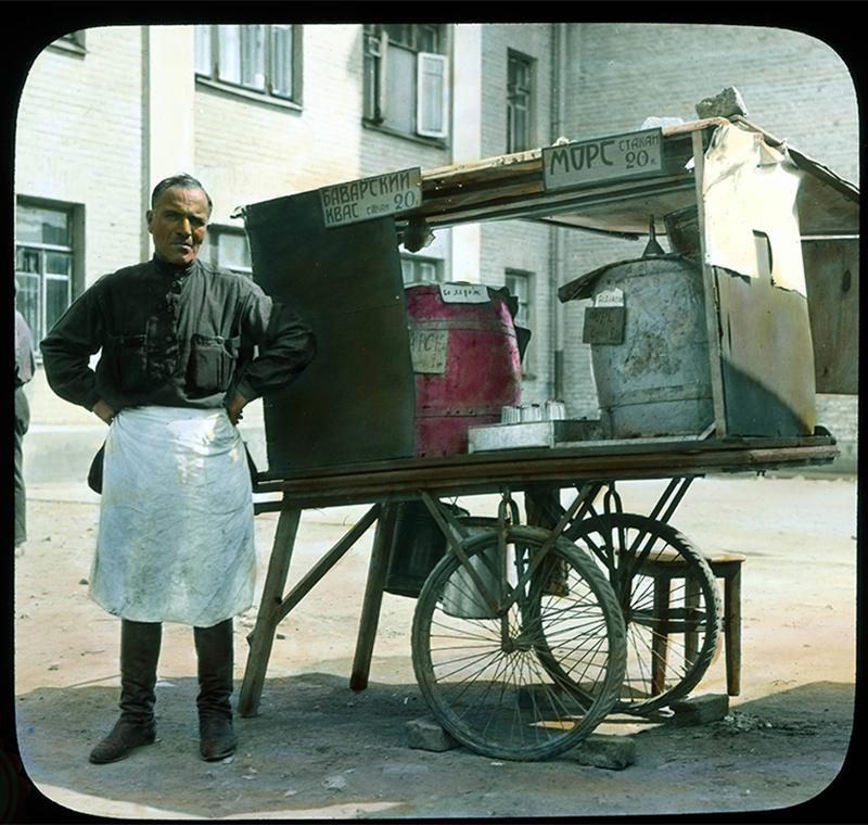 モスクワ:ソフトドリンク(クワスやモルス)を売る街頭の物売り、1931年。