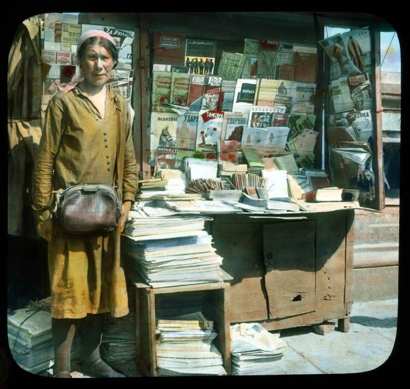 1年間在学しただけで退学した彼は、世界中を旅するという、生涯続くことになる旅に出た。/ モスクワ:キオスクの新聞売りの肖像写真、1931年。