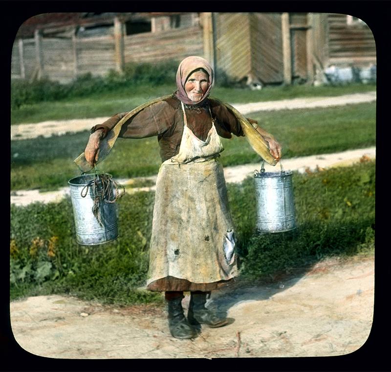 彼らの作品は世界のありとあらゆる場所をカバーし、それには初期のソビエト連邦の写真も含まれていた。/ バケツに入った水を運ぶ女性たち、レニングラード近く、1931年。