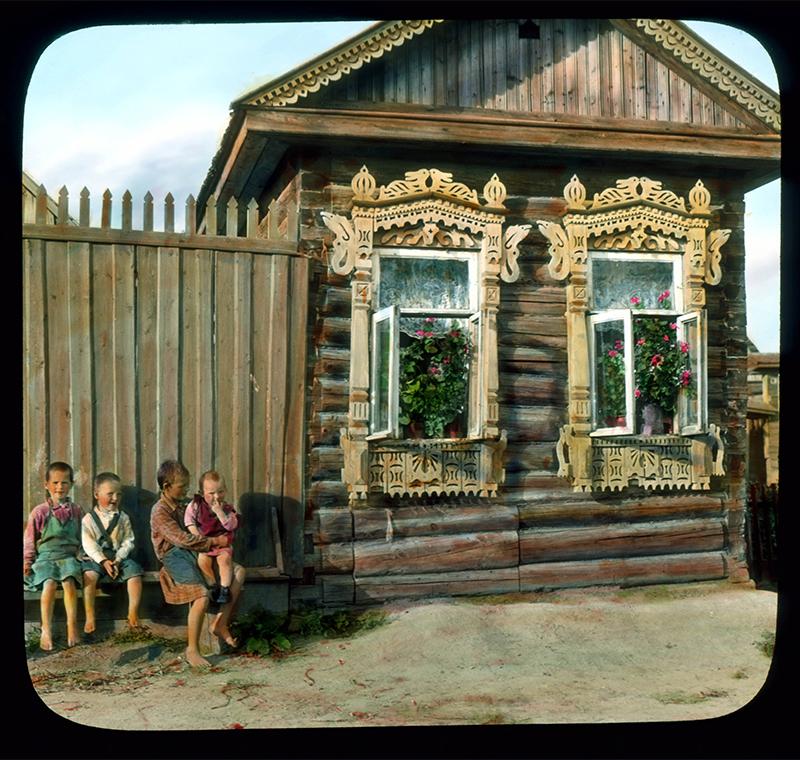 ブランソン・デクーは、49歳にして、ニュージャージー州の母親の家で亡くなった。/ 木造の家の外の子供たち、レニングラード近く、1931年。
