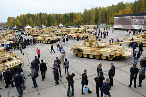 Participants in the 10th Russia Arms Expo international exhibition look at the combat vehicles displayed. Source: Pavel Lisitsyn / RIA Novosti