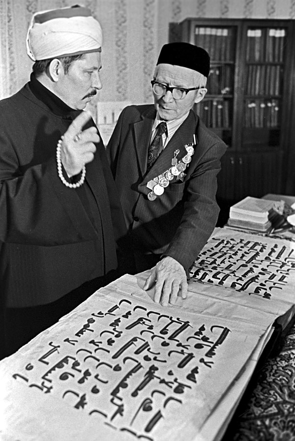 Dzhafar Ponchayev (left), Imam Khatib of the mosque, and Osman Brundukov looking at a copy of the Osman's Koran (the original is kept in a special room at the Barak Khan Madrasa in Tashkent). The Cathedral Mosque in Leningrad.