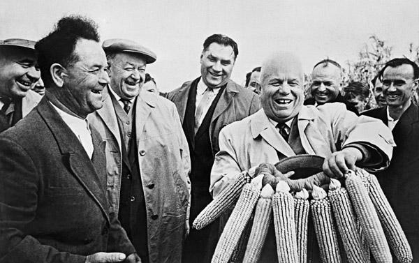 El primer ministro de la Unión Soviética Nikita Jruschov (a la derecha). Fuente: RIA Novosti