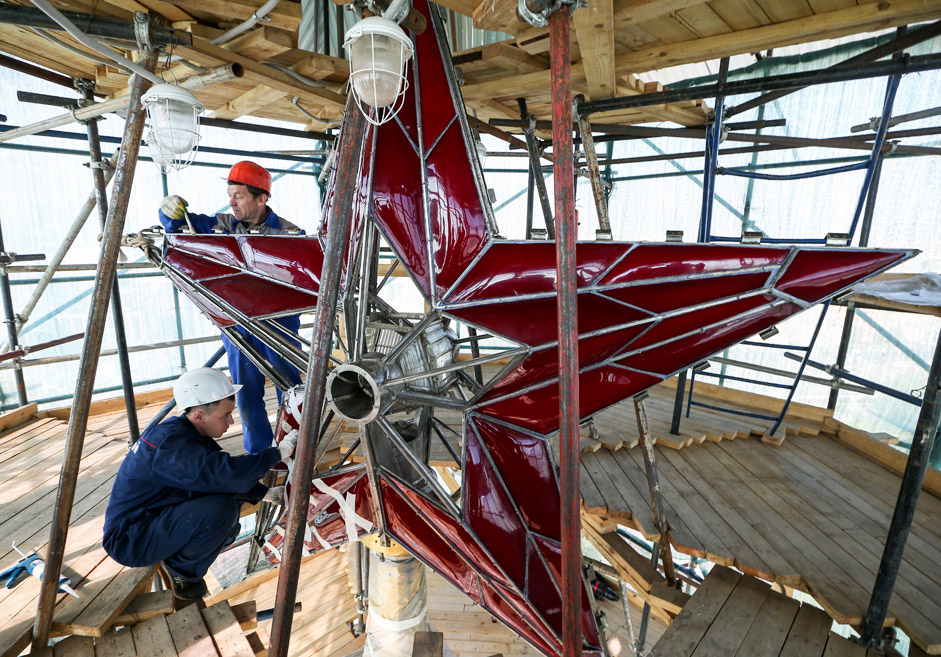 MOSCOW, RUSSIA. SEPTEMBER 16, 2015. A red star atop the Moscow Kremlin's Troitskaya Tower undergoes renovation.