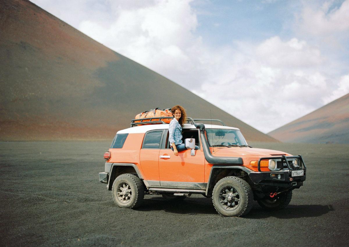 """""""Unser Ausflug zum Tolbatschinskij war die beste Erfahrung. Vor zwei Jahren brach der Vulkan aus. Wir spazierten über Lavafelder, während um uns herum heiße Gase aus dem Erdinneren zischten. Die Oberfläche der Lavahügel hat sich seit dem Ausbruch im Jahr 1975 nicht ganz abgekühlt. Ein Spaziergang durch einen ausgestorbenen Wald, ein Abstieg in die Lavagrotten 3 bis 4 Meter unter der Erde lassen dich einfach nur staunen: Wie mächtig ist die Natur, wie unbedeutend das menschliche Leben!"""""""