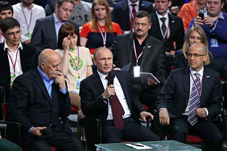 Stanislav Govorujin, codirector de la sede central del Frente Popular de Rusia, junto con el presidente Putin y Alexander Brechalov, codirector de la sede, durante foro sobre medios de comunicación organizado por el FPR.