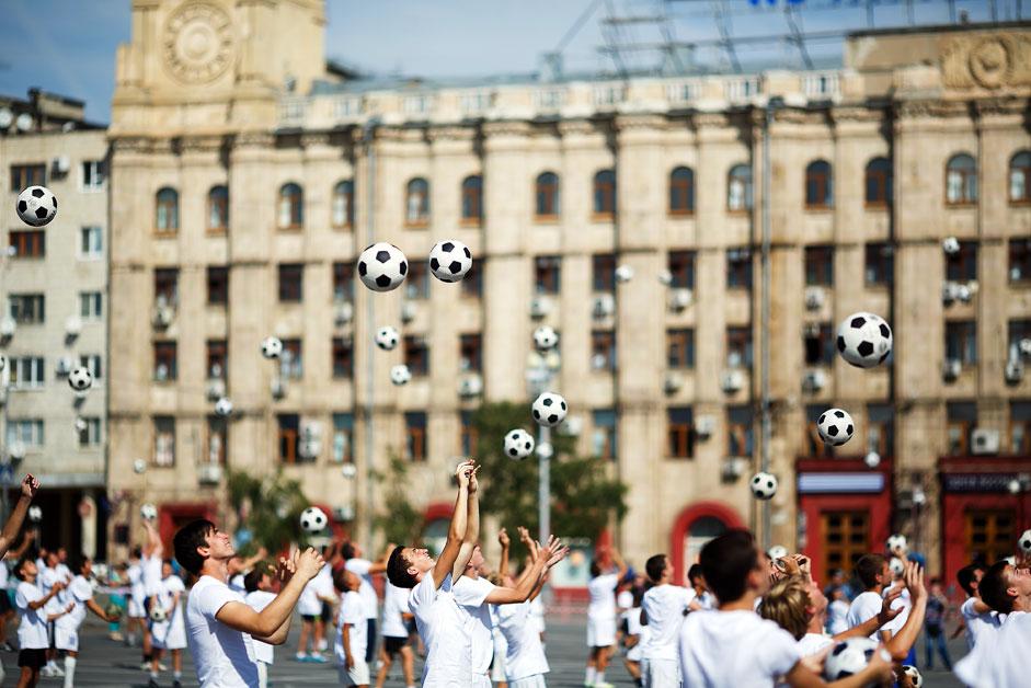 Флешмобот во Волгоград во текот на церемонијата за одбележување на 1000 дена пред почетокот на Светското првенство во фудбал 2018 година.
