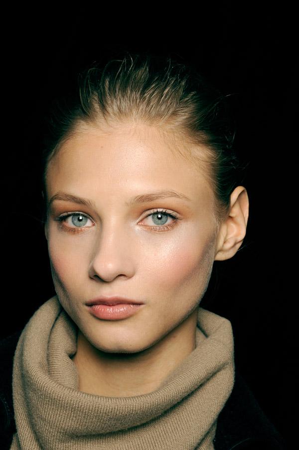 Ана Селезњова. Родена е во 1990 година во Москва. Како манекенка дебитираше во 2008 година во рамките на Неделата на високата мода во Париз на ревиите на модните куќи Dries van Noten, Céline и Akris. Таа има учествувано и во рекламни кампањи на Yves Saint Laurent, Versace, Guerlain, Ralph Lauren ид руги. Се има појавено и на насловната страница на Vogue во различни земји.