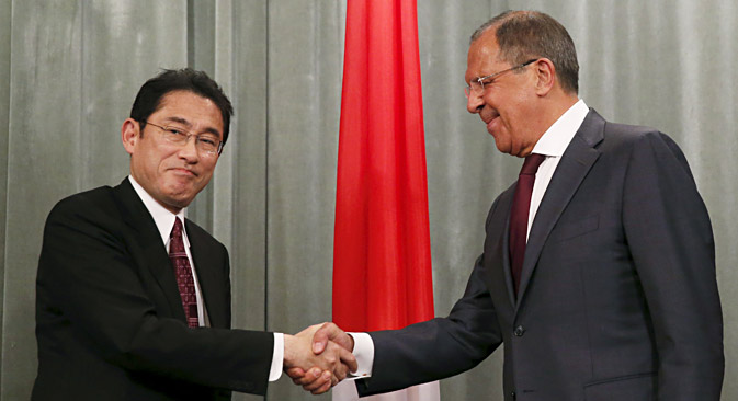 Russian Foreign Minister Sergei Lavrov (R) and his Japanese counterpart Fumio Kishida shake hands as they attend a news conference after a meeting in Moscow, Russia, September 21, 2015.