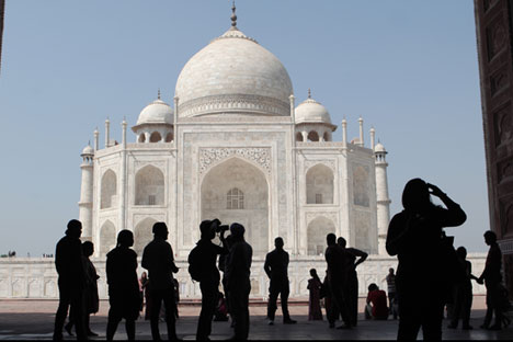 Tourists on the territory of the Taj Mahal palace in the city of Agra.