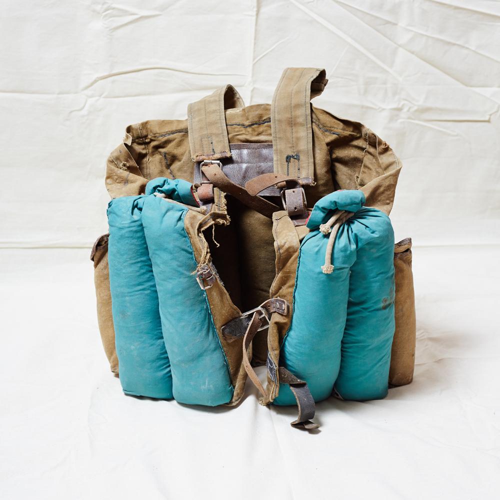 Giubbotto antiproiettile, realizzato con borse e zaini da viaggio. Pesa 26 chili