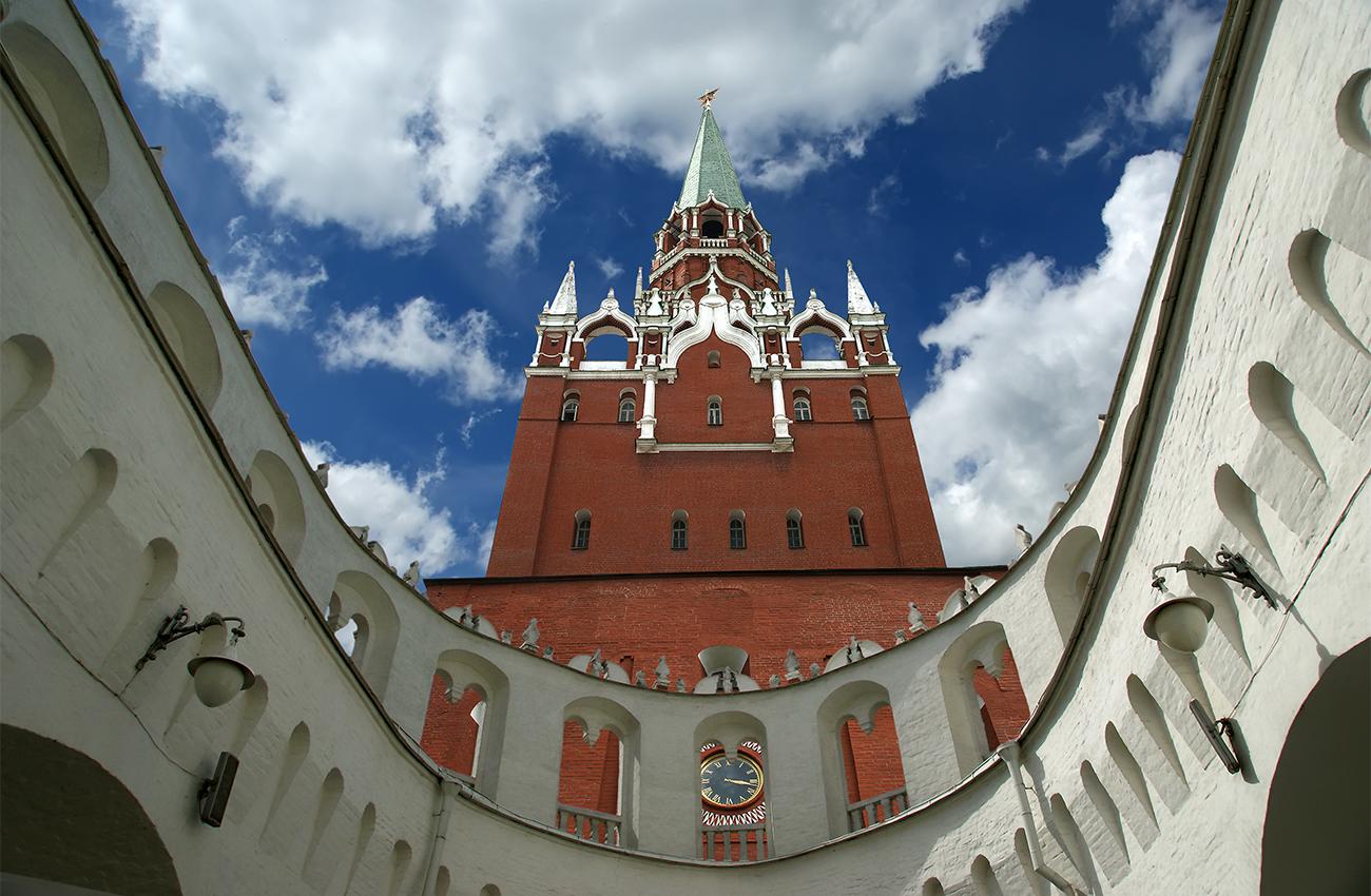 """Кремъл (с главно """"К"""") е най-популярната забележителност в Москва. Всички екскурзоводи задължително показват на туристите неговите червени стени, Царя камбана, Царя топ и Тайницката (тайната) кула. Знаете ли обаче, че в Русия има десетки """"кремъли"""" (защитни крепости – бел. ред.)? Думата """"кремъл"""" на руски означава средновековно укрепление в центъра на древен руски град. През 18 и 19 в. тези укрепления губят стратегическото си значение и много от тях са разрушени и използвани за строителен материал. Повечето от оцелелите сгради в момента са превърнати в музеи – всеки със своя собствена легенда, скрита зад неговите стени. Избрахме още 9 кремъла, освен този в Москва, и ви препоръчваме горещо да посетите всеки от тях!"""