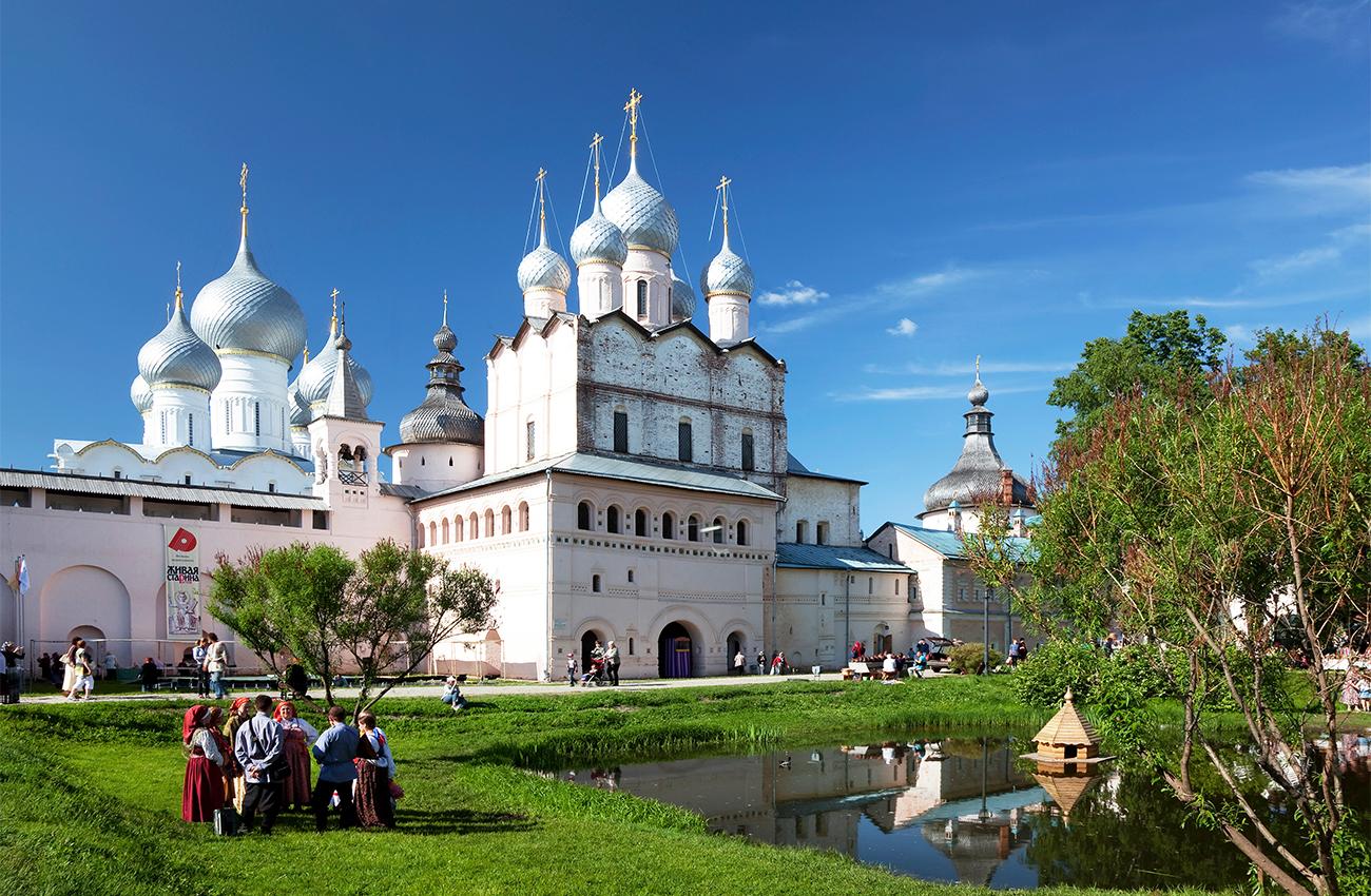 ロストフ・ヴェリーキー。ロストフのクレムリン(1670〜83年に建造)は、防衛のためではなく、地域における正教の府主教(カトリックの首都大主教に相当)の拠点として立てられた数少ない城塞の一例だ。その壁は、内側の住人を守るためというよりも、外見の美しさを重視してデザインされたものだ。ロシア軍がスウェーデン軍を相手とする1700年のナルヴァの戦いで敗北を喫し、大砲をすべて失った結果、ピョートル大帝は、教会や修道院にある鉄製の鐘を溶かして大砲を製造するよう命令した。モスクワさえもが、この鐘の押収政策を免れることはできなかったが、どういうわけか、ロストフだけはその運命から逃れることができた。