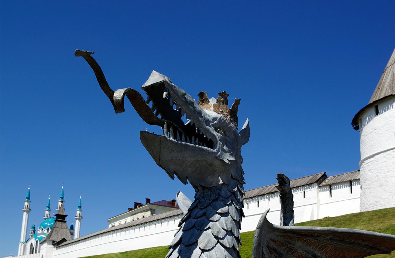 """Казан. На фона на градския пейзаж се откроява древната казанска крепост, която е част от списъка на световното културно наследство на ЮНЕСКО и е построена между 1554 и 1562 година. Тук има и голяма джамия, и руска православна катедрала. Татарстан става част от Русия по времето на цар Иван IV (Грозни), чиито сили завладяват града през 1552 година. Точно до джамията се намира катедралата """"Благовещение"""", където се стичат много християни, за да се помолят пред иконата на Казанската Богородица – една от най-почитаните в руската православна църква. / Драконът Зилант, който е символ на града, пред Казанския кремъл."""