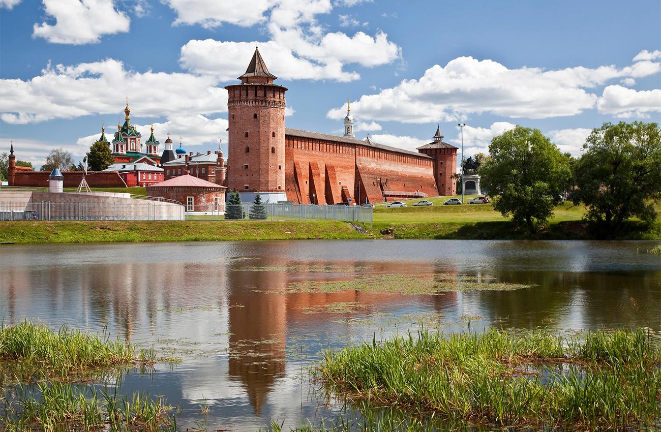 Коломенският кремъл (построен през 1531 г.) е един от най-големите за своето време, но през 18 и началото на 19 в. местните го разрушават почти напълно, като използват старите стени за строителни материали. Само декретът на руския цар Николай I Романов помага да се запази и малкото останало от крепостта. Коломенският кремъл имал 17 кули, включително една, кръстена на Марина Мнишек – съпруга на Лъже-Дмитрий I, за която се смята, че била заточена в кулата, където починала по-късно. Според една от легендите обаче Марина не умряла, а се превърнала в сврака и излетяла от прозореца. Затова кулата била кръстена на нейно име.