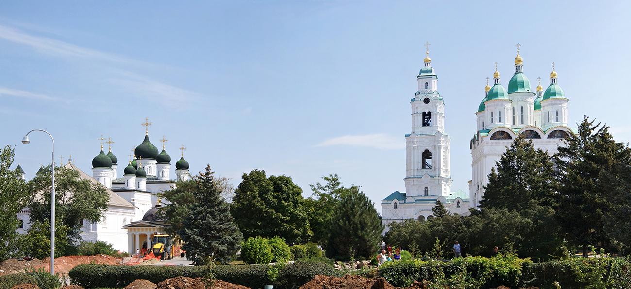 Историческият център в Астрахан се развива около крепостта (изградена между 1562-1589 г.), чиито основи са положени по време на Иван Грозни. Днес тук има етнографски музей, посветен на културата и живота на хората в Астраханска област, както и множество изложби в Артилерийската кула, Кулата с червената врата и Кулата за мъчения. Астраханският кремъл е в списъка на световното културно наследство на ЮНЕСКО.