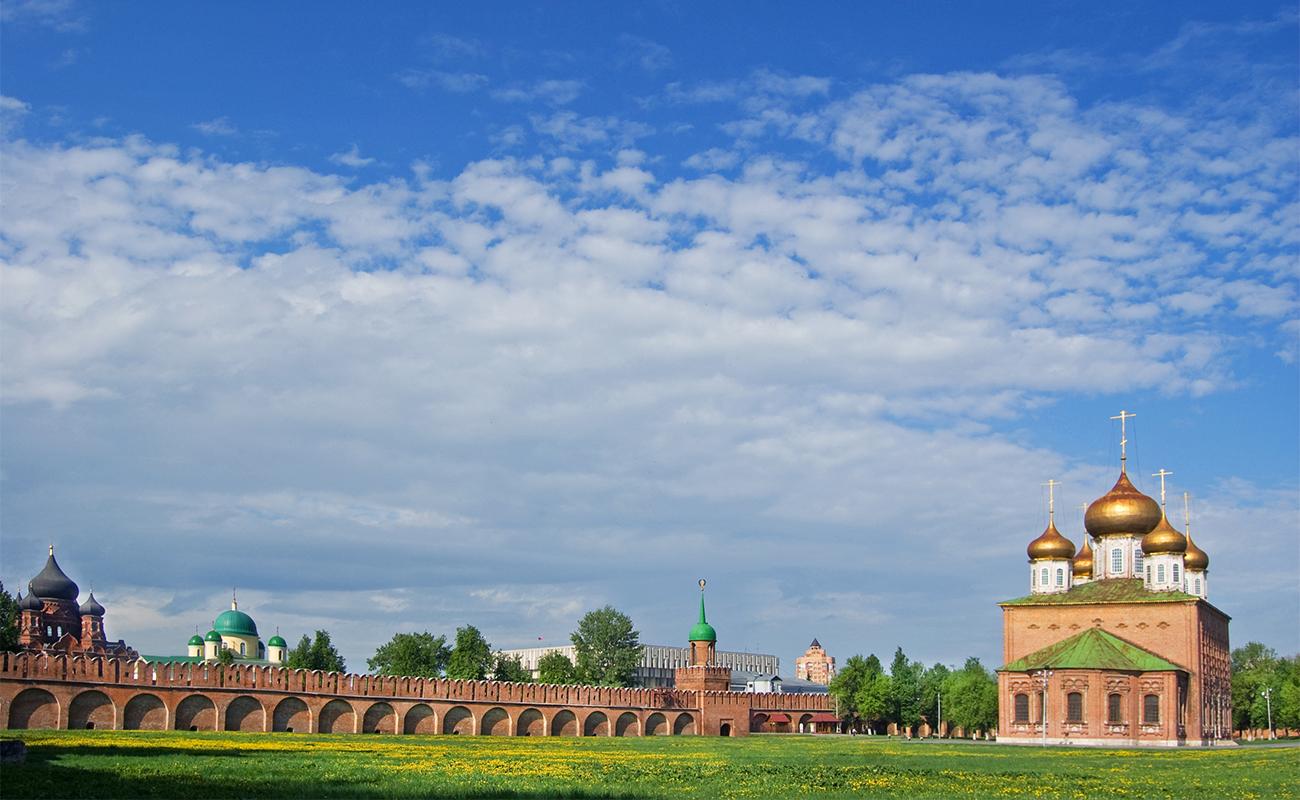 Тула. Освен със своите известни по цял свят бисквити, гр. Тула е известен и с важната си роля в историята на Русия. Той бил крайната цел на множество поредни вълни от татарски нашествия. Тук се намира и една от най-старите крепости в Русия – крепостта Тула, построена през 1514-1520 година. Най-вероятно тя е издигната от италиански архитекти, пристигнали в Тула, след като завършили московския Кремъл. Историците твърдят, че цитаделата е построена от няколко екипа, което обяснява очевидната разлика между отделните й стени.