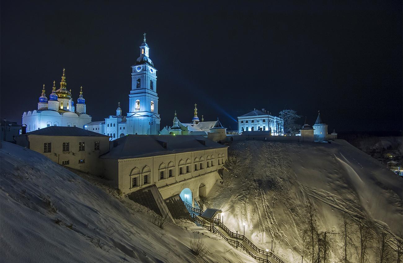 トボリスクには、シベリアで唯一の石造の城壁がある。このクレムリンの石造の壁と塔は、1683年から1799年にかけて築かれた。ここには、イヴァン雷帝の実子であるドミトリー公の殺害後、ウグリチ市で警報を発した鐘の「避難」場所として特別に立てられた鐘楼がある。シュイスキー公の命により、この鐘は公式に「処刑」されたが、人間の場合と同様に、鐘の下と吊り輪が取り外され、鐘自体はシベリアへの「流刑」に処された。