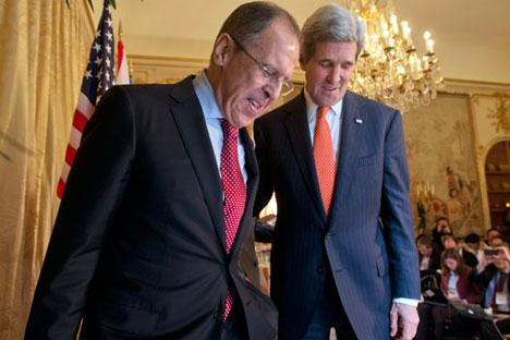 """Kerry (dir.) em encontro com chanceler russo Serguêi Lavrov no início do ano. Segundo norte-americano, país está """"pronto para negociação"""""""