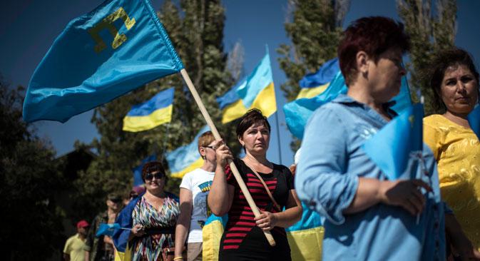 Manifestazione di protesta sul confine tra Crimea e Ucraina