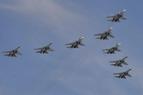 Jet tempur Sukhoi Su-30SM Flanker-C dan Su-35S Super-Flanker dalam Parade Hari Kemenangan.