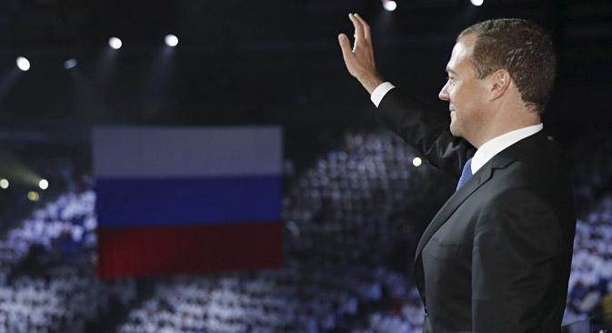 Perdana Menteri Rusia Dmitry Medvedev melambaikan tangan ke arah penonton saat ia menghadiri upacara penutupan Kejuaraan Akuatik Dunia FINA ke-16 di Kazan, 9 Agustus 2015.