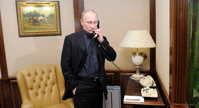 Владимир Путин разговара на телефон