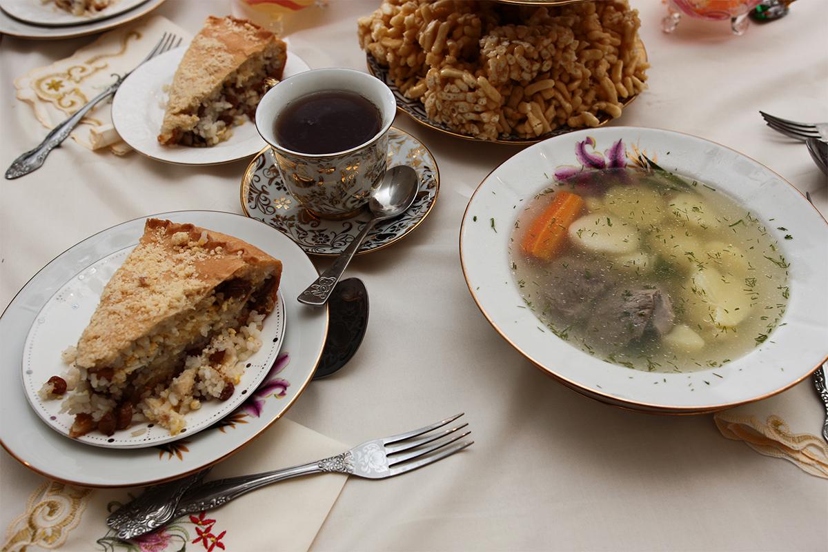 Hidangan tradisional dalam perayaan ini bagi keluarga Tatar adalah shurpa yang terbuat dari daging domba, gubadia (pai tradisional Tatar), dan kosh tele (penganan manis yang terbuat dari tepung).