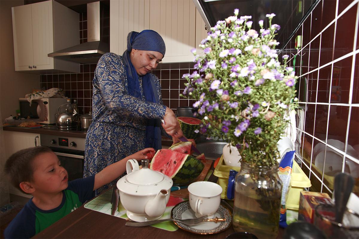Anak-anak Ismail, yaitu Azalia, Ilyas, dan Maryam, juga mengambil bagian secara aktif di hari raya ini. Azalia membantu mengatur meja, sedangkan Maryam dan Ilyas membuat kerajinan tangan sebagai hadiah untuk orang-orang terkasih.