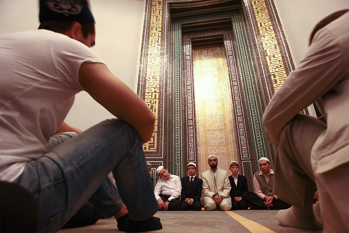 Pada hari raya, masjid diramaikan oleh para jemaah, tapi kapasitas masjid tidak cukup untuk menampung semua orang. Mereka yang terlambat dapat mendengarkan khotbah hari raya dari luar masjid.