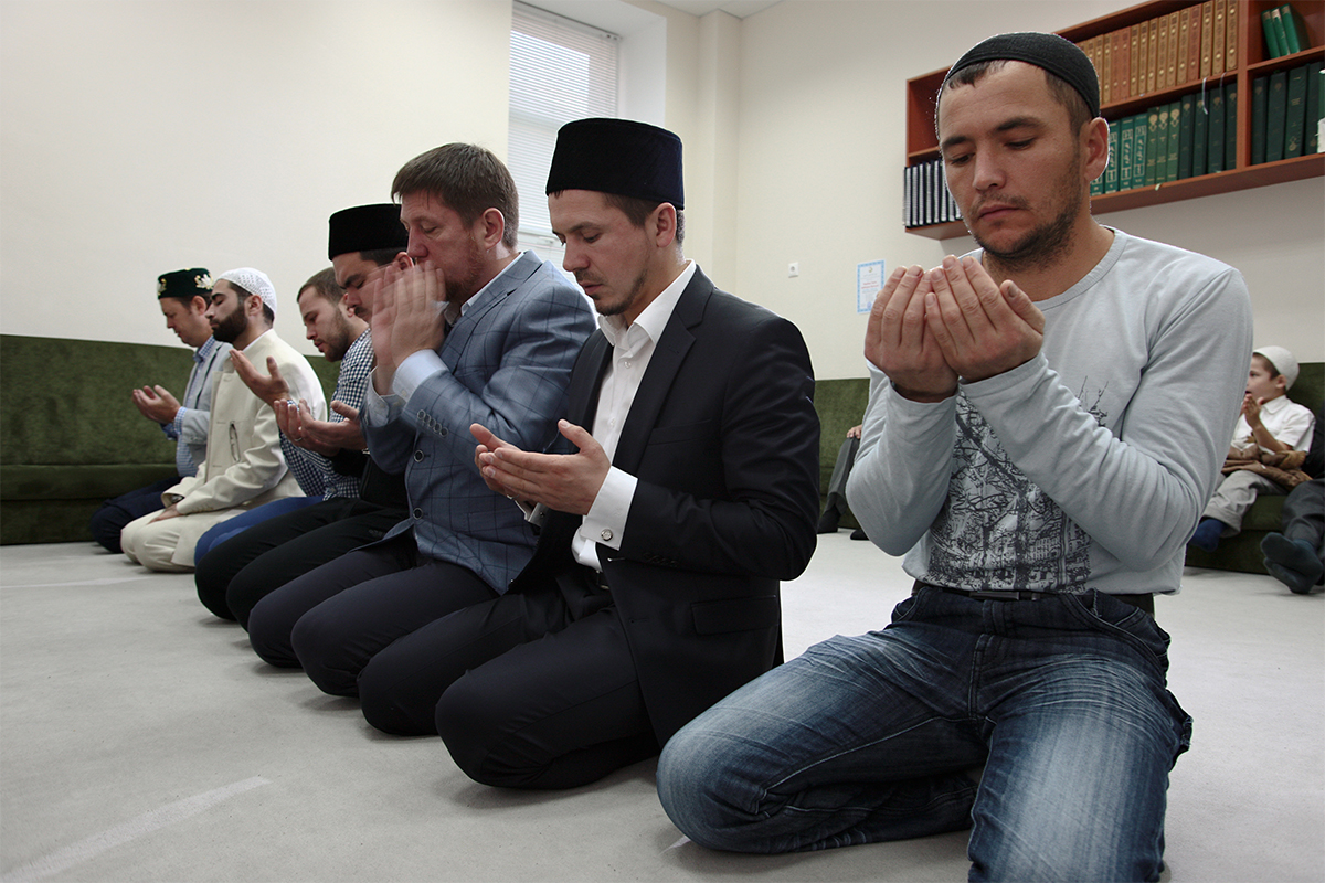 Imam Ildar Bayazitov memimpin salat hari raya. Setelah khotbah, para jamaah berjajar dan bahu mereka menyentuh satu sama lain. Dengan begitu berakhirilah salat hari raya, dengan saling memeluk dan mengucapkan selamat hari raya.