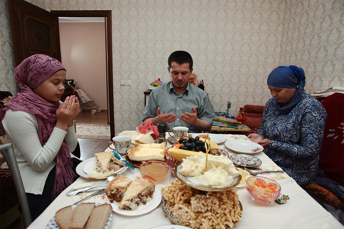 Setelah penyembelihan, Ismail dan tamunya pulang ke rumah. Istri dan anak-anak mereka menunggu di meja makan. Banyak hidangan yang telah disiapkan sejak pagi hari. Sekembalinya para lelaki dari masjid, di atas meja telah tersaji makanan lain.