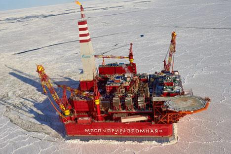 Veduta aerea di una piattaforma petrolifera