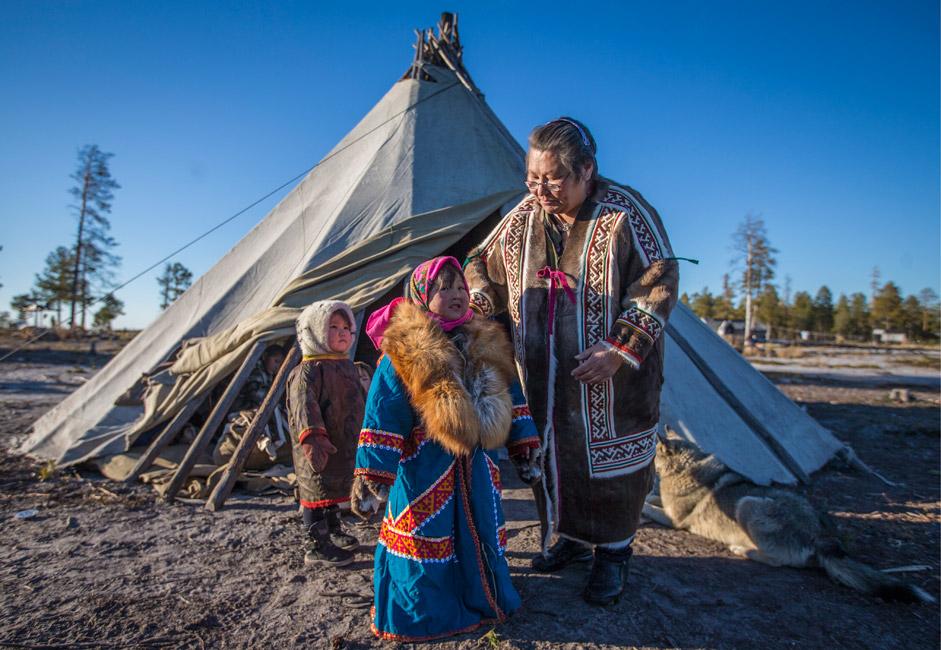 Russland, Autonomer Kreis der Jamal-Nenzen: Mitglieder einer Stammesgesellschaft des indigenen Volkes Djanki-koj stehen am Ufer des Pjakupur.