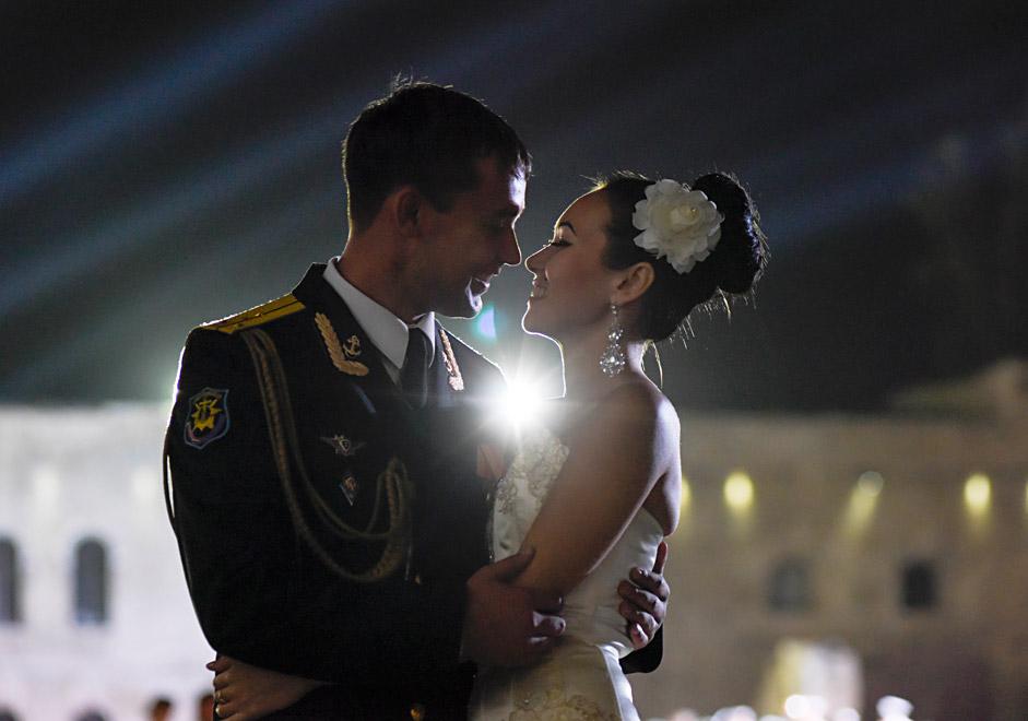 Руски морски офицер танцува с жена си по време на офицерския бал на територията на Михайловската брегова батарея в Севастопол, Крим.
