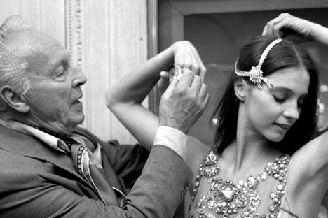 """George Balanchine et Suzanne Farrell, danseuse étoile du New York city Ballet, parée des plus belles pieces de Van Cleef and Arpels (2 à 3 milliards de dollars) pour le ballet """"Joyaux"""" de Balanchine le 24 septembre 1976 à Paris."""