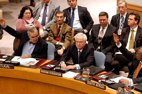 Le représentant du Portugal Jose Filipe Moraes Cabral (à gauche) et le représentant de l'Afrique du Sud Baso Sangqu (à droite) regardent leur homologue russe Vitali Tchourkine (au centre) lors du vote du projet de résolution sur la Syrie le 4 février 2012 au Conseil de Sécurité de l'Onu.