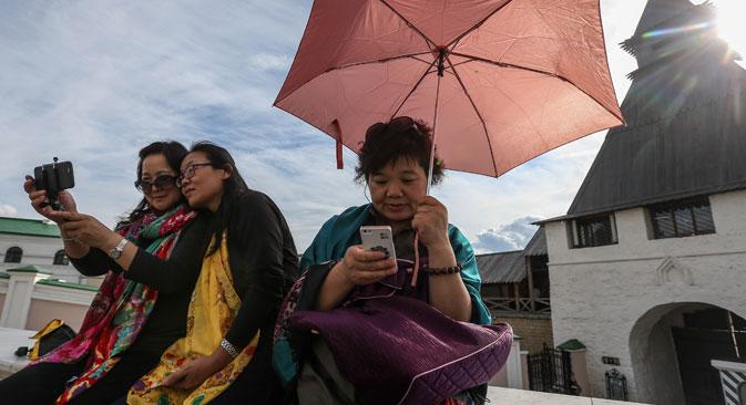 Perwakilan operator tur dan media Tiongkok selama kunjungan mereka ke Kremlin Kazan, Kazan, Rusia, 27 Agustus 2015.