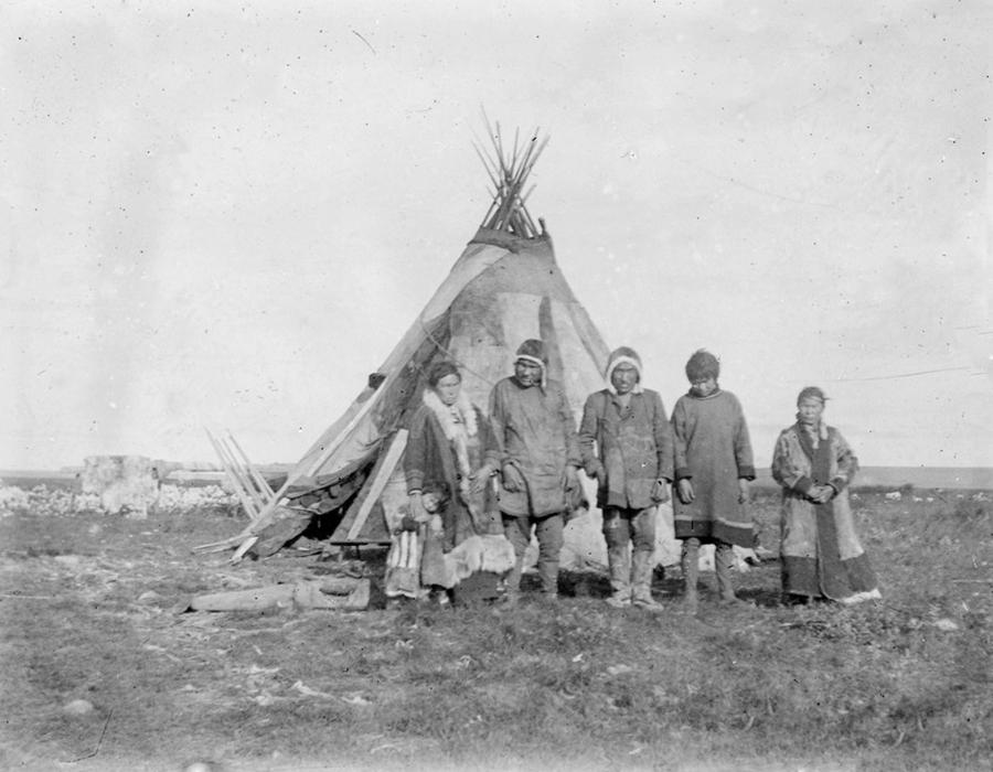 Ove fotografije su snimljene u sibirskoj administrativnoj jedinici Enisej početkom 20. stoljeća. One se i danas čuvaju u lokalnom muzeju u Krasnojarsku. One su vizualna povijest, koja pokazuje život lokalnog stanovništva, uzgoj jelena, nastambi. Te kuće u kojima su živjeli Sibirčani početkom 20. stoljeća svakako su iznimno zanimljive.