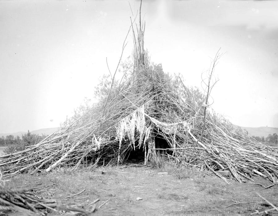 U 1911. administrativna jedinica Enisej naznačena je kao mjesto egzila nomada. Direktori zatvora počeli su slati bivše zatvorenike u 1913., kako bi stalno naselili ovaj kraj. Do kraja iste te godine, u toj regiji živjelo je već 46, 7 tisuća ljudi. Sibirski lokalci živjeli su u različitim vrstama kuća. Neke su bile samo konstrukcije napravljene od balvana i grana. Druge su bile čvršće konstrukcije napravljene ljeti ili u kasnom proljeću.