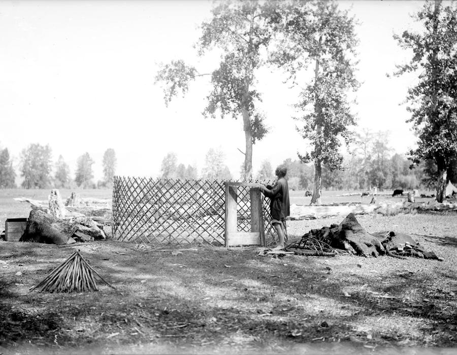 Fotografija pokazuje proces izgradnje drvene jurte (kožni šator azijskih nomada). Iako su se nomadi skitali, oni su ipak s vremena na vrijeme pravili svoje nastambe.