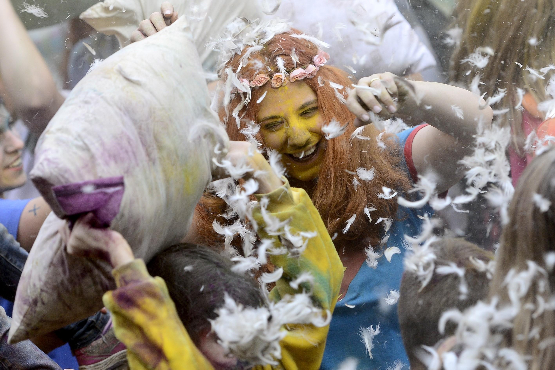 Стотици души участваха в организирания чрез социалните мрежи бой с възглавници в московския парк Фили.