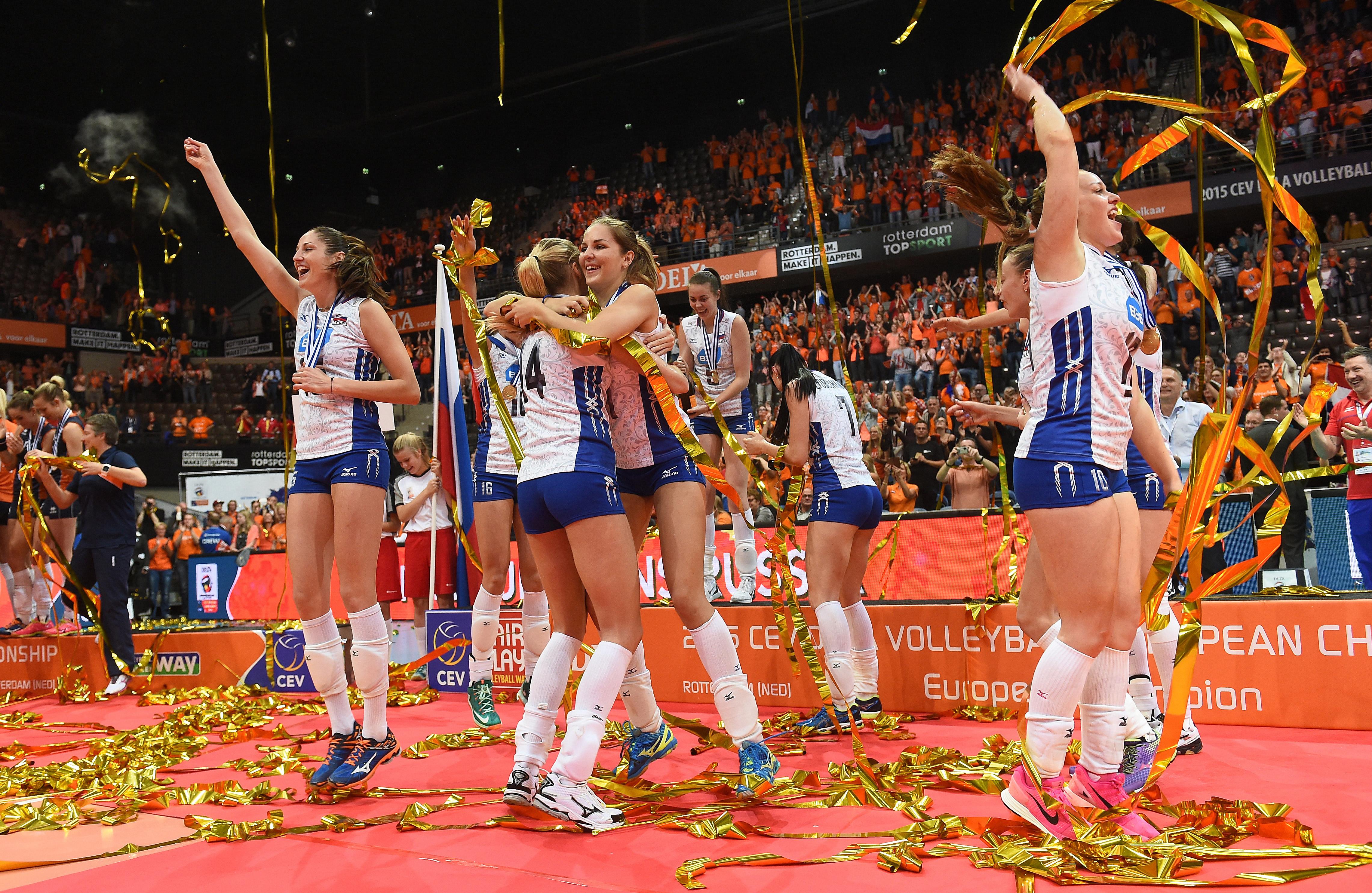 Die russische Nationalmannschaft feiert ihren Sieg im Finale der Frauen-Europameisterschaft 2015 im Volleyball. Im Finale besiegte man die Niederlande.