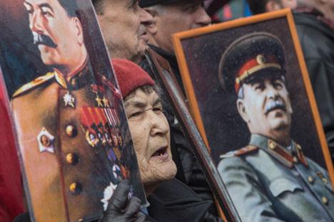 Moscou, Russie, le 1er mai 2015 : Une participante à la marche communiste du 1er mai tient les portraits de Joseph Staline.