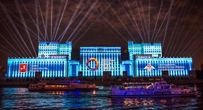 Edifício iluminado abriga o Ministério da Defesa russo