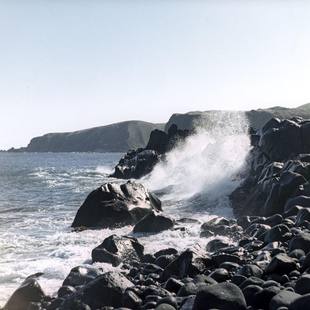 極東ロシアのクリル諸島 (千島列島) を構成する島のほとんどは無人島である。活火山であるマトゥア島 (松輪島) はとりわけ興味深い。かつて日本海軍の駐屯地となっていたこの島は、第二次世界大戦後、ソ連領となった。2001年にロシア軍がマトゥア島を去ると、島は観光客に開放された。ここまで行き着くことができた来訪者は、今は使われていない掩蔽壕、塹壕や防空壕などに波乱の過去を垣間見ることができる。